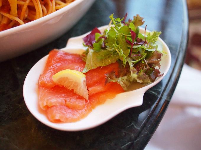 パスタ ボロネーゼにはスモークサーモンのサラダがセットになっていました。