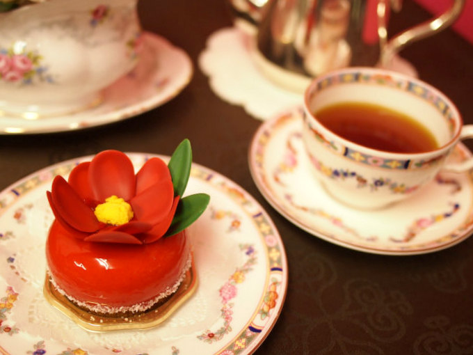 HIBIKA(ひびか)のショコラブランとフランボワーズのムースケーキ「寒椿」と紅茶