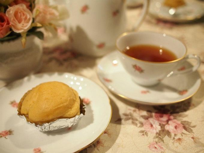 桜井甘精堂のマロンシューと紅茶