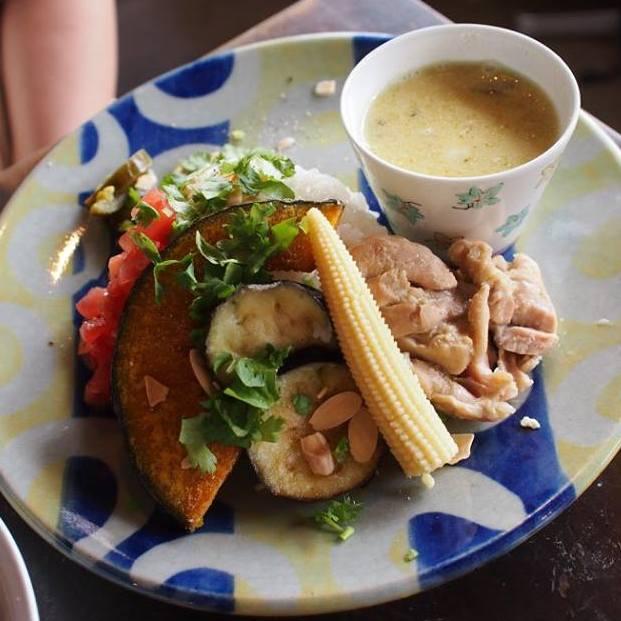 こちらはカフェ「モンネ・ルギ・ムック」で食べた「鶏肉と揚げ茄子のココナツミルクカレー」