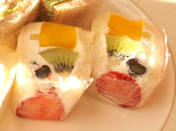 季節のフルーツサンドウィッチ。フルーツたっぷりです。サンドウィッチはすべて乾かないようにラップでくるんでいるところも嬉しいです。