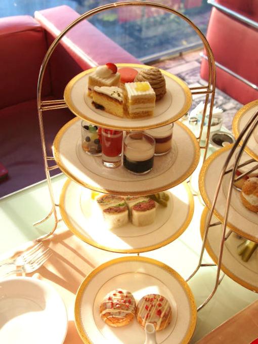 ホテルニューオータニ「ガーデンラウンジ」の1人分のアフタヌーンティーのケーキスタンド。スコーンは2人分が1つのプレートに乗っていました。
