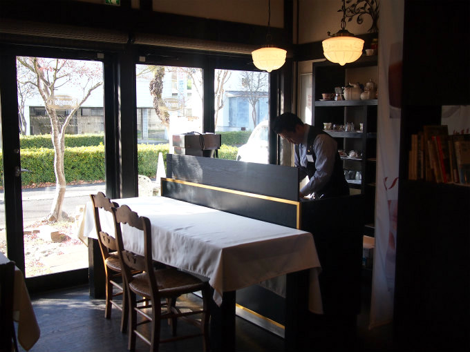こちらはティーサロンスペース。紅茶を淹れているのは店長の鈴木さんです。