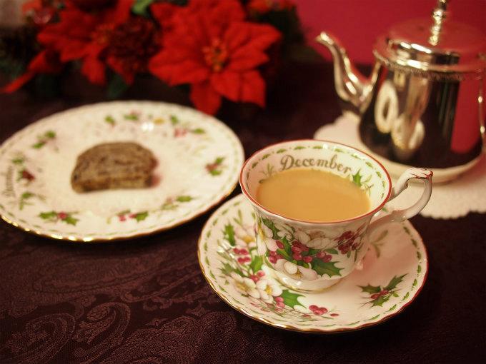 ティーウェアはロイヤルアルバートのフラワーオブマンスの12月のクリスマスローズです。