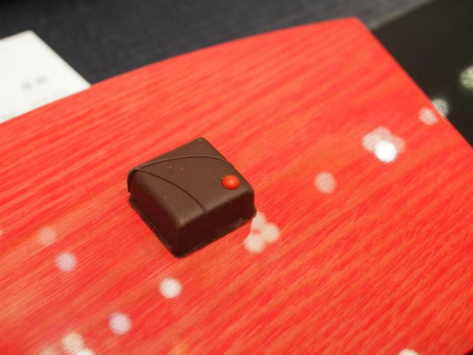 紫蘇なのにチョコレートとよく合うし、とっても美味しいのです。 口に入れると、最初はチョコレートの味が来て、しばらくすると紫蘇が香ってきて、その紫蘇の香りとチョコレートの香りが交わるとフルーティーさも出てきて不思議なんだけどこれがよく合うのですよ!上手に伝えられないけど、これは一度味わってもらいたいチョコレートでした。