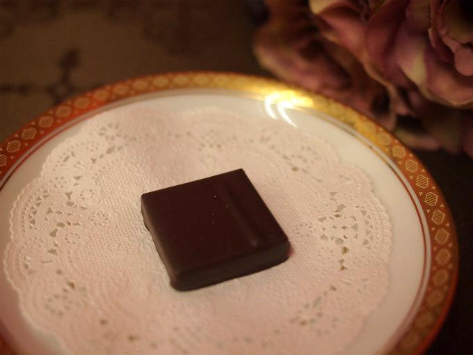 表面のチョコレートが軽い感じでパリッサクッとして、じわーっとガナッシュが口の中に広がり、触感のバランスもいい感じ。
