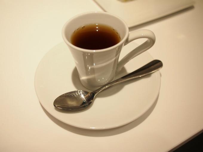 ランチセットにつけられるミニサイズの紅茶はカップサービス。エスプレッソカップくらいの小さいカップでの提供です。