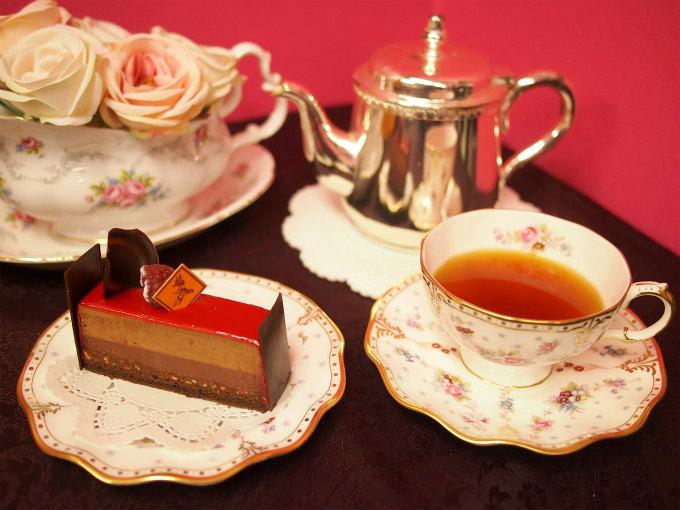 フレデリック・カッセルのチョコレートケーキ「マンジャリ」と紅茶