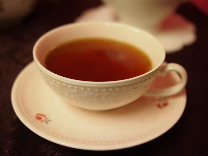 ミルクティーにする時はストレートで飲む時よりも紅茶の抽出時間を1分ほど長めにして濃く淹れると、ミルクティーに適した濃さの紅茶になります。