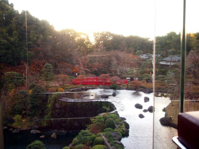 こちらがガーデンラウンジの窓から見渡せる日本庭園。