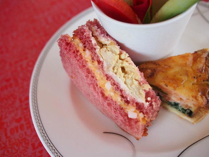 サンドウィッチのパンもピンク!