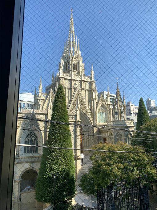 電線が邪魔してるのが悲しいけど、窓からの眺めは本当に素敵です。