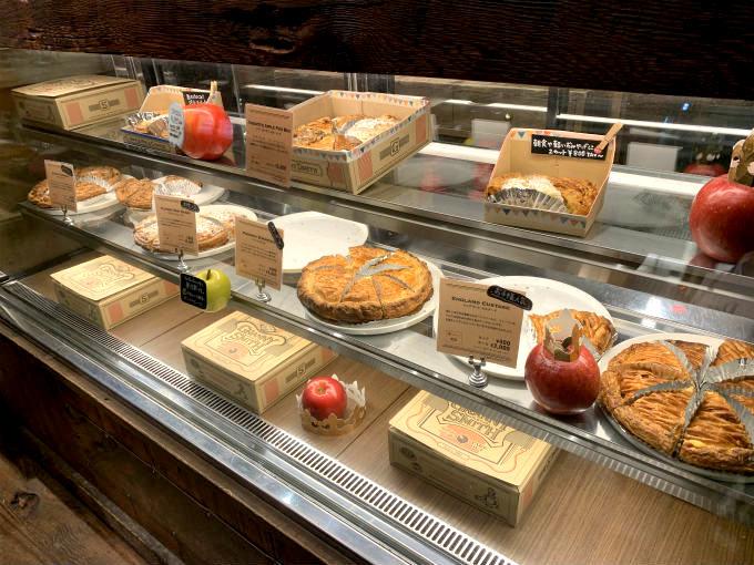 お店に入るとすぐにアップルパイが並んだショーケースがあります。