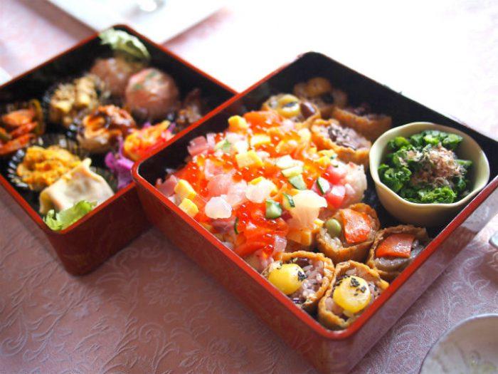 お重に用意したのはオードブルセットとちらし寿司、一口いなり寿司、菜の花のお浸し