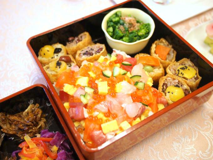 ちらし寿司は近所の魚屋さん、一口いなり寿司は「たごさく」で購入。菜の花のお浸しのみ手作りしました。