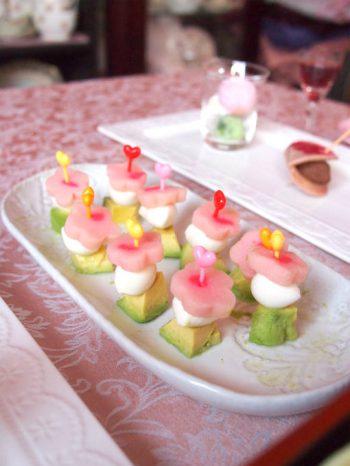 3色ピンチョスは菱餅カラーで。アボカド、モッツァレラチーズ、桃のお麩で作りました。
