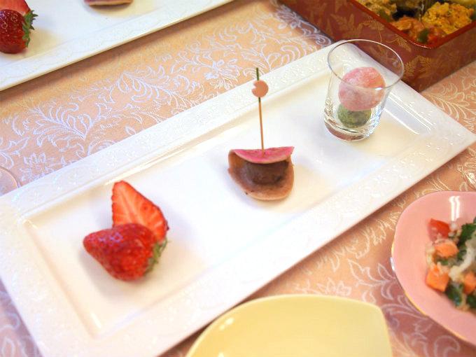 いちご(紅ほっぺ)、桜餅風ケーキ、3色クッキー