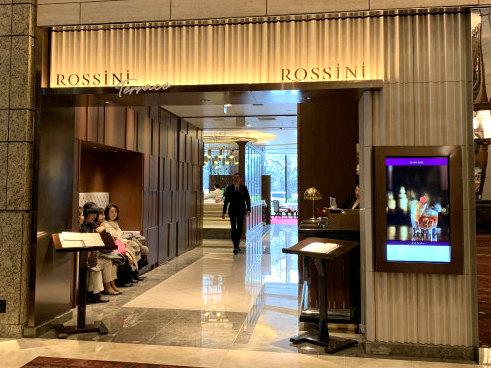 ロッシニテラスのエントランス。ロッシニテラスは東京會舘の正面玄関から入って左手にあります。