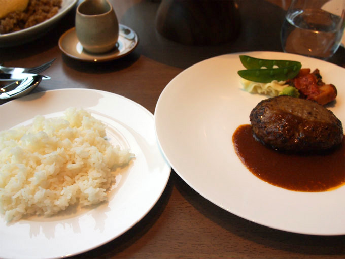 常陸牛入ハンバーグステーキはライスかパンがついてきます。