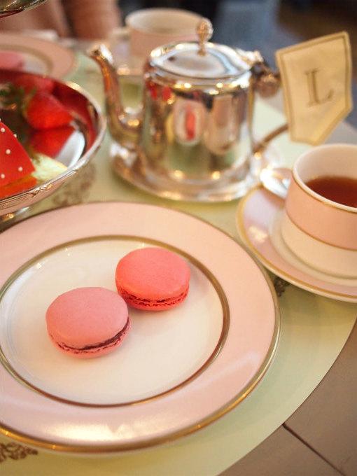 薄いピンクのマカロンが「イチゴ」、濃いピンクのマカロンが「フレーズ・コクリコ」です。
