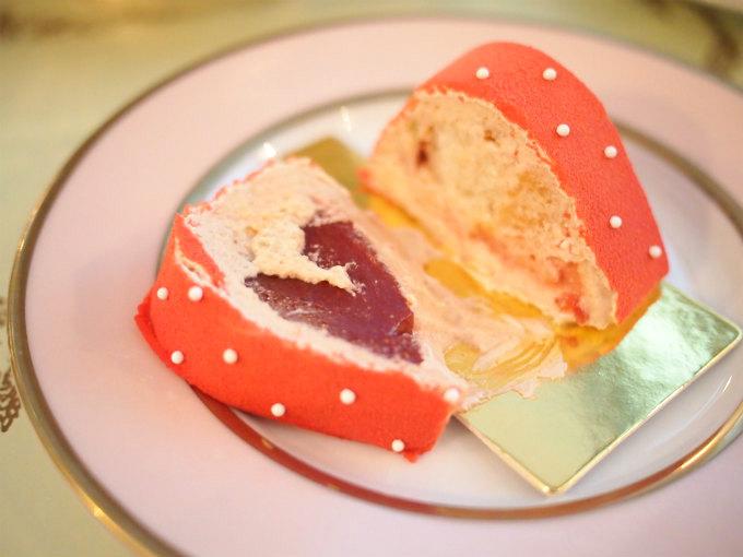 フレーズラデュレはイチゴのムースにイチゴのコンフィチュールが入っているケーキ。