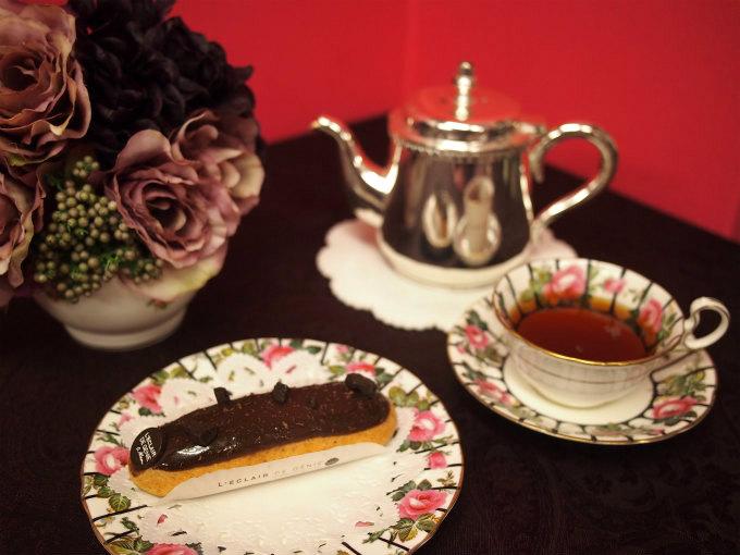 レクレール・ ドゥ・ジェニのチョコレートエクレアと紅茶