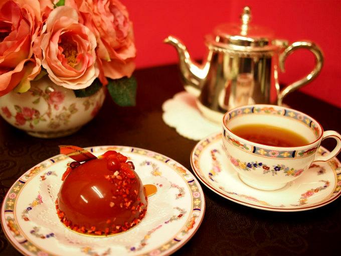 リベルターブルの真っ赤なケーキ「ダリア」と紅茶