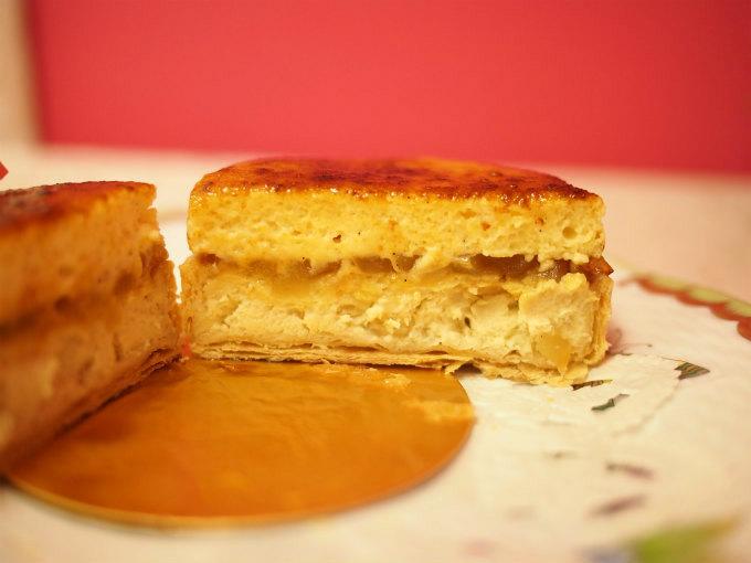ゼニスの断面。フォアグラとシブーストクリームにキャラメリゼしたリンゴが挟まれています。