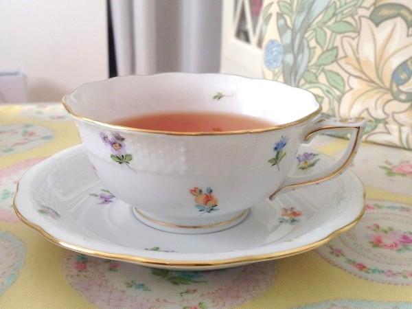 今回ご紹介しているカップはコチラのシェイプ。よくみかけるタイプのカップより口が広がっています。ウェッジウッドのピオニーシェイプに似ています。