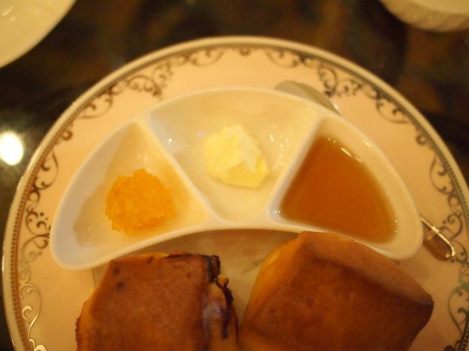 左からマーマレード、クロテッドクリーム、メイプルシロップ