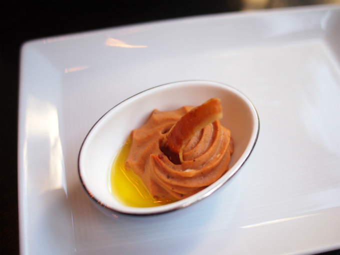 ラタトゥイユのムース香草風味クリスピーベーコン添え