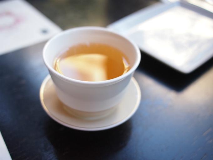 こちらは白牡丹。中国茶と日本茶はカップがティーカップではなくお湯のみでした。