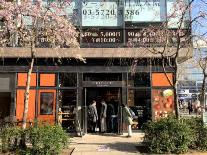 こちらはクリオロ中目黒店。桜の時期に訪問したせいか大混雑してました。