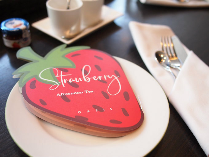 ダイカットの苺がとても可愛らしいメニュー表。