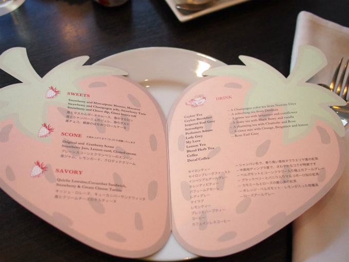 中にはティーフードのメニューと紅茶の種類が書かれています。