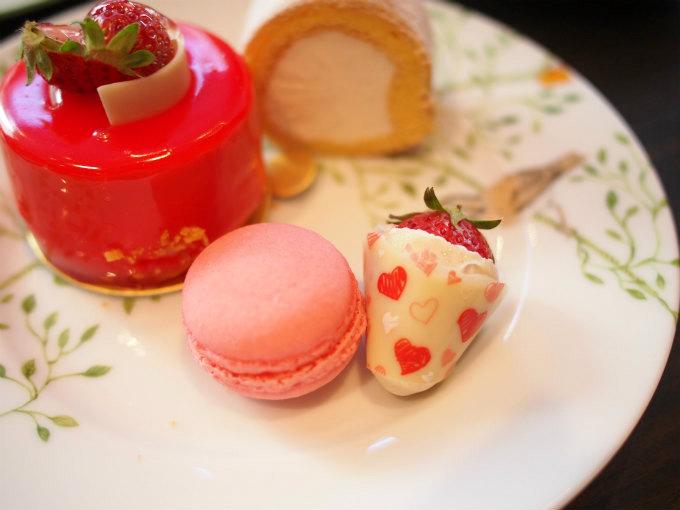 苺のマカロンと苺チョコ 苺チョコのコーティングもとっても可愛いです!