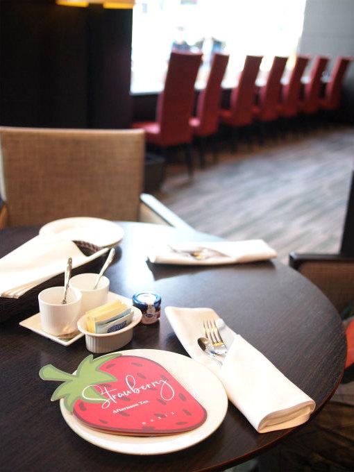 コートヤード・マリオット銀座東武ホテル「ラウンジ オアシス」は窓際にカウンター席もあるので1人アフターヌーンティーでも気兼ねなく過ごせそうなところも素敵です。