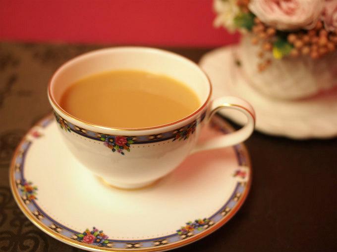 ミルクティーにしたルフナ紅茶。黒っぽい水色(すいしょく)のルフナはミルクティーにすると亜麻色になります。