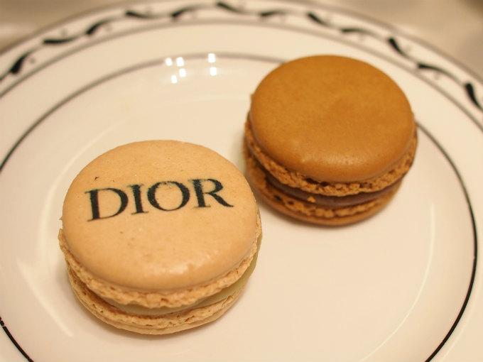 マカロンは2人で2種類が一個ずつでした。ディオールのロゴがあるほうがホワイトチョコレートとジャスミンです。
