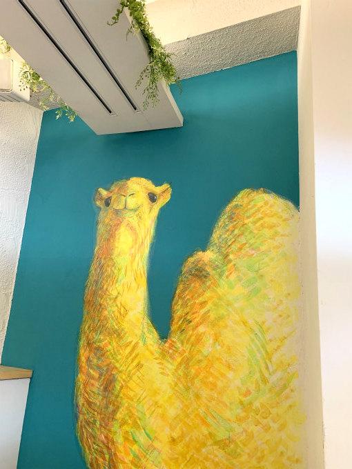 店内の壁には大きなラクダの絵が描かれています。