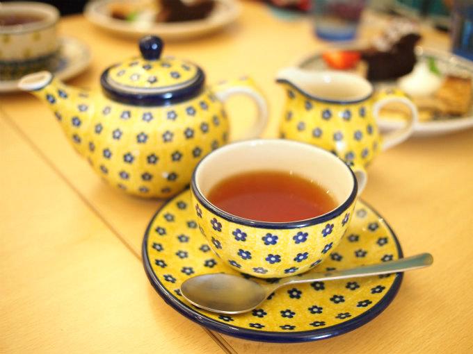 ティーウェアはポーリッシュポタリー。ポーランドのハンドメイドの陶器です。