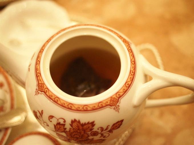 ポットには茶葉が入っているので濃さを自分で調節できます。