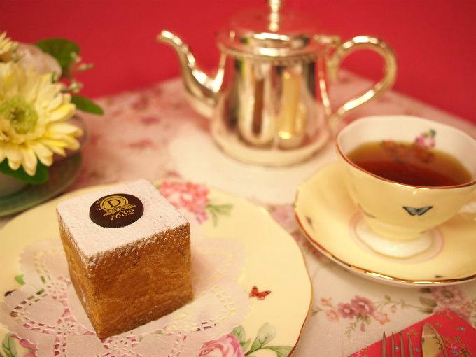 ダロワイヨのシュー キュービック ヌーヴォーと紅茶