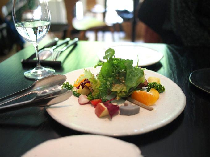 アミューズは新鮮野菜のサラダでした!こちらで2人分