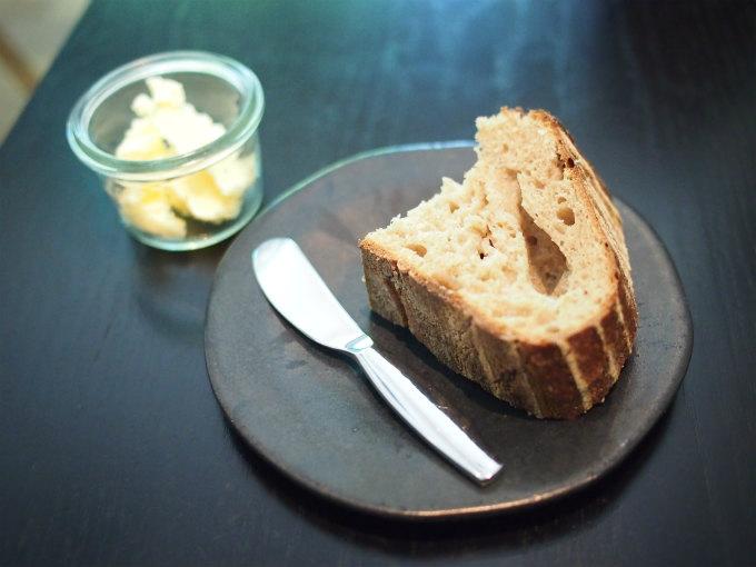 パンはricolage bread & co. (ブリコラージュ ブレッド&カンパニー)のパンです。モチモチした触感で小麦粉のいい香りがします。