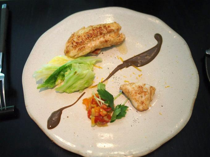 こちらは本日の鮮魚。 ソースはスルメイカ。野菜にはユズも入っていました。