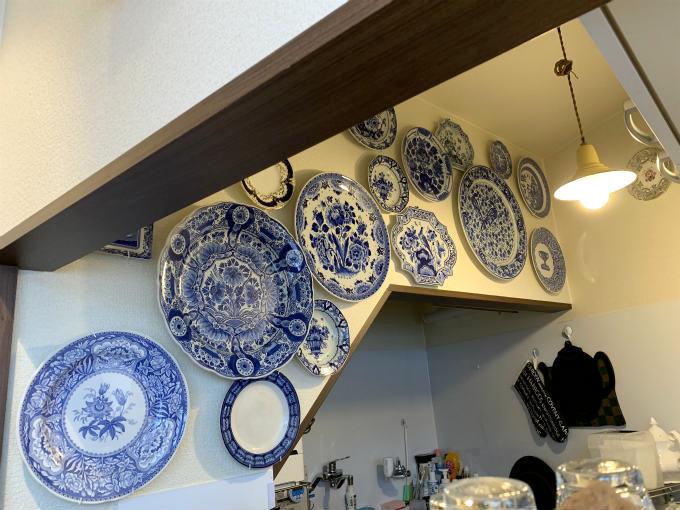 キッチンの上の壁にはたくさんのプレートが飾られています。