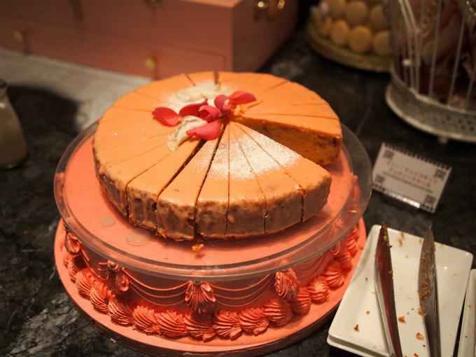 こちらは新宿ヒルトンでマリーアントワネットのスイーツブッフェが開催されたときのマリーアントワネットケーキ。