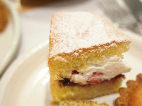 柔らかめのスポンジに生クリームとイチゴが挟んであってショートケーキのようなヴィクトリアサンドウィッチケーキ。とっても美味しい!