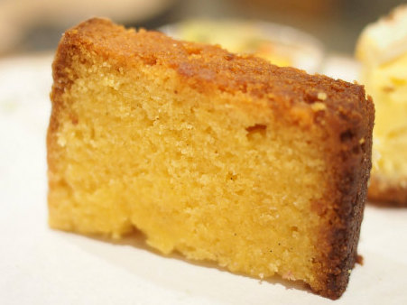 レモンポレンタケーキ。こちらはグルテンフリーでアーモンドプードル、米粉、ポレンタ(とうもろこしの粉)で作られています。